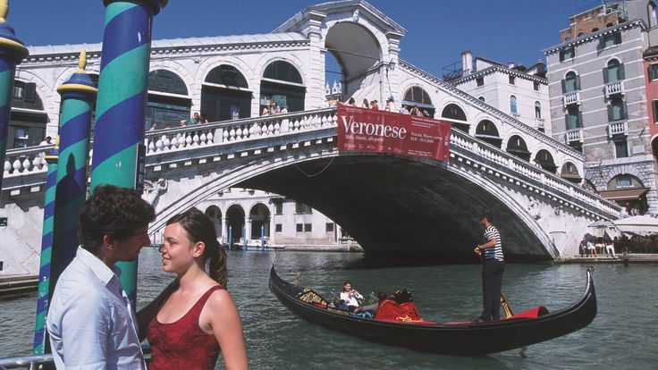 Paar vor Rialtobrücke in Venedig. | Bildquelle: Dpa