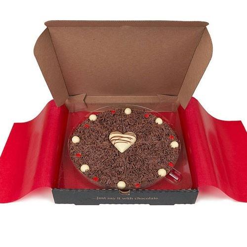 Feinste belgische Schokolade in Form einer Pizza. Eine tolle Alternative zu den üblichen Geschenkideen wie Blumen oder Pralinen. http://www.megagadgets.de/schokoladen-pizza.html