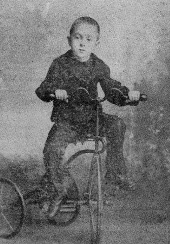 Fernando Pessoa no triciclo.