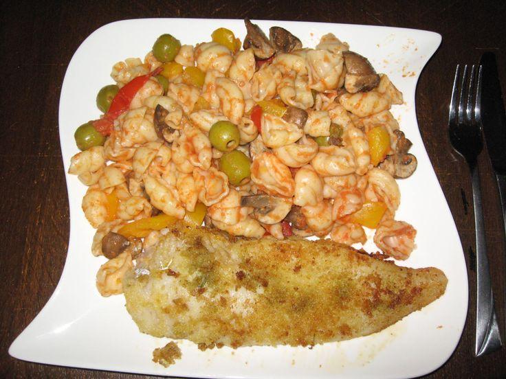 2.10.2014 Nudel-Gemüsemix mit Tomaten-Sahnesoße, dazu Seehechtfilet leicht paniert
