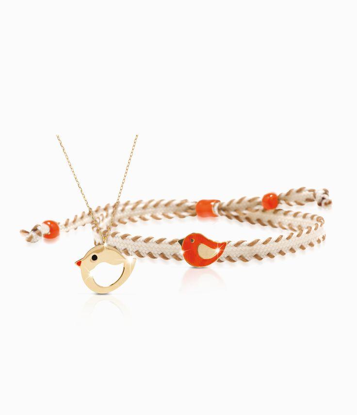 Pendente e bracciale Io&Te in oro giallo con sagoma uccellino smalto colorato. Il bracciale è corredato di cordino tessuto canvas con chiusura regolabile. Tutti i bracciali della linea possono essere venduti anche singolarmente.