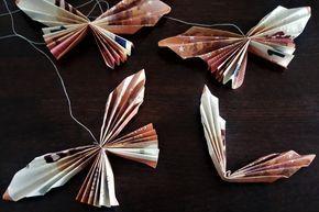 Die gefalteten Geld-Schmetterlinge werden an Fäden gebunden und an einen Boxdeckel angebracht. Beim Auspacken des Geldgeschenks sieht es so aus, als würden die Schmetterlinge fliegen