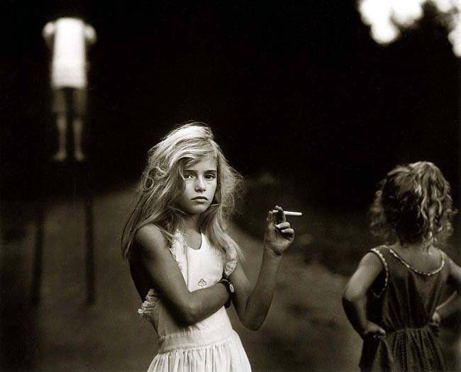 © Sally Mann, Candy cigarette, 1989. https://www.facebook.com/pages/Le-Seuil-et-lHorizon/300782323265464