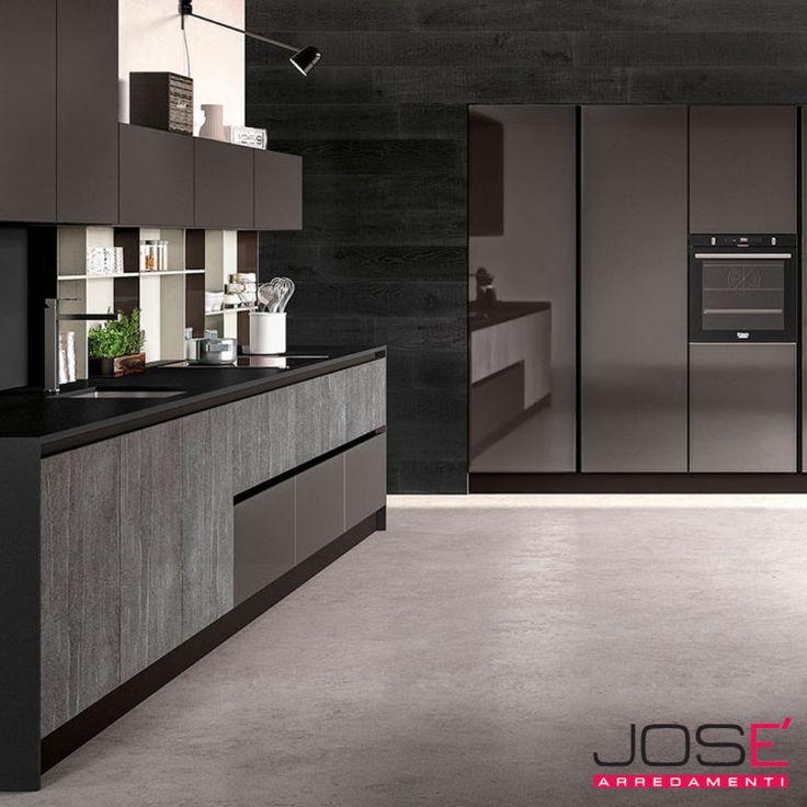 La cucina GLASS è un modello esclusivo e raffinato con ante in vetro e supporti in alluminio a finitura inox.