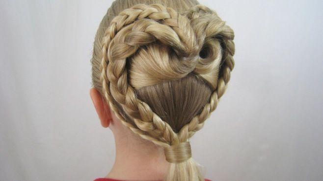 İkili Örgüyle Kalp Stili Saç Örgüsü - Düğün, mezuniyet balosu, kutlama vb özel anlarınızda pratik şekilde uygulayabileceğiniz yeni trend saç modelleri, saç örgü modelleri, saç toplama teknikleri, en güncel kısa ve uzun saç stillerini sizler için biraraya getirdik. Güzel görünmek ve mükemmel saçlar için videomuzdan ilham alarak bir kaç deneme ile istediğiniz sonuca ulaşabilirsiniz.