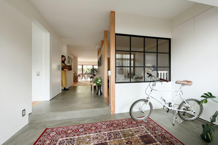 ソトとナカの境界をあいまいにした玄関から洗面、リビングへとつづく土間スペース|D'S STYLE(ディーズスタイル)