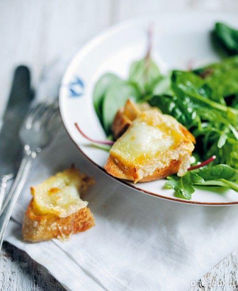Салат с теплым козьим сыром
