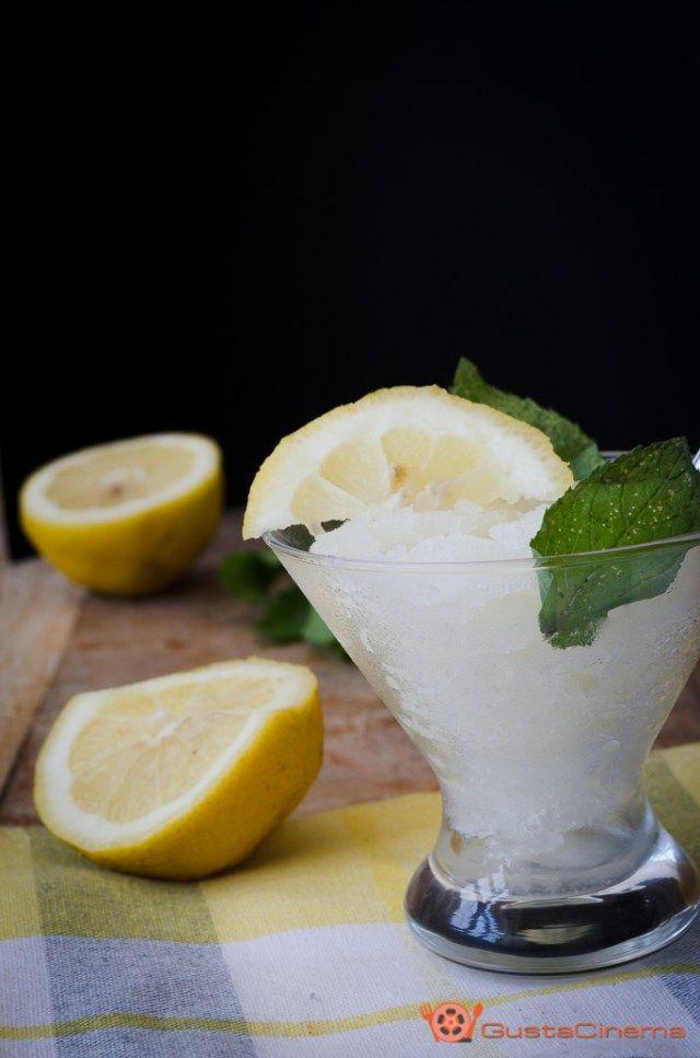 Granita al limone senza gelatiera è un dolce al cucchiaio fresco e dissetante in queste calde giornate estive.