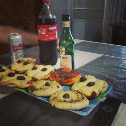 Pizzetas caseras Salsa de tomates y anchoas Fugazza , aceitunas y queso sardo Jamón cocido ,muzzarella y aceitunas Fernet con coca y cerveza