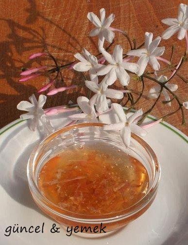 YASEMİN REÇELİ MALZEMELER: 250 gr yasemin çiçeği 1 adet limon 5 su bardağı şeker 5 su bardağı su YAPILIŞI: Yasemin...