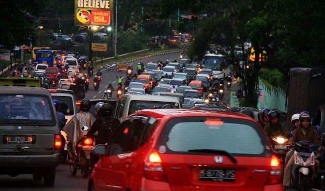 Kemacetan lalu lintas agaknya bukan lagi terpusat di Jakarta. Kota besar dan kecil juga menghadapi fenomena yang sama. Di Semarang, misalnya, (nyaris) tak ada jalan lengang. Jalan primer dan sekunder sama-sama macetnya.