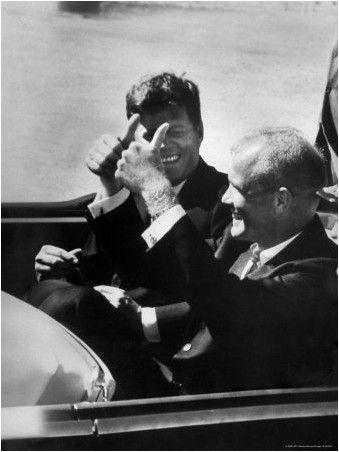 1962. 23 Février. Par Michael ROUGIER - Pres. John F. Kennedy équitation dans limousine avec l'astronaute colonel John Glenn Jr. donnant pouces vers le haut signe