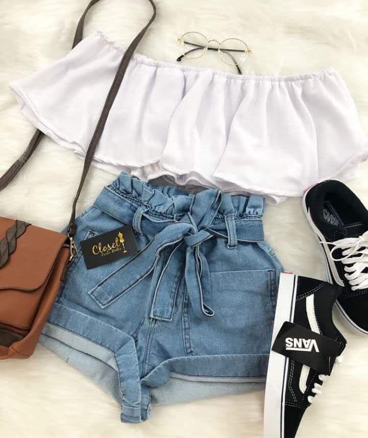 Short bleu haut blanc sac camel chaussures noir