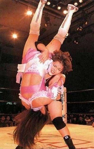 Maya Hashimoto applying a Michinoku Driver II to Kana Misaki.