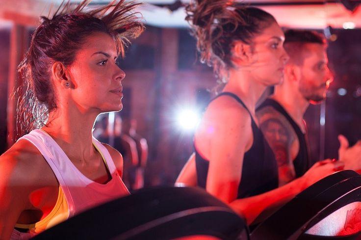 """""""A sala não tem um ar condicionado muito forte para que as pessoas possam aquecer o corpo mais rápido. Até os BPMs (batidas por minuto) da música também têm um estudo por trás disso, para cada exercício que você faz tem um tempo exato, assim como a luz vermelha"""", explica Rhelden Spirandelli , um dos coachs motivacionais do projeto #SeisMesesEmForma."""