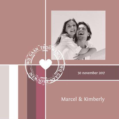 Een romantische en moderne trouwkaart met jullie eigen foto. De gedrukte stempel maakt het helemaal af, maar deze kan ook verwijderd worden.