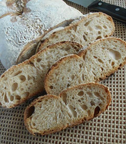 Filone di pane con farina di segale, farina tipo 0 e lievito madre