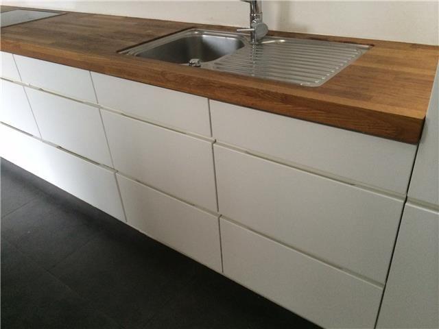 http://www.koopjeskrant.be/zoeker/huis-tuin/813292/moderne-greeploze-keuken-kvik-houten-werkblad/