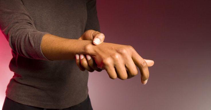 Dores nas articulações musculares associadas ao mal de Parkinson. A doença de Parkinson, ou mal de Parkinson, impacta na movimentação normal, podendo resultar em dores articulares e musculares (dores musculoesqueléticas). Pode-se tratar dessas dores por meio de medicações e de cuidados pessoais.