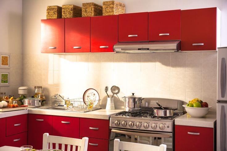 Utiliza colores claros como blanco o beige para la pared de esta manera los gabinetes rojos equilibran la decoración