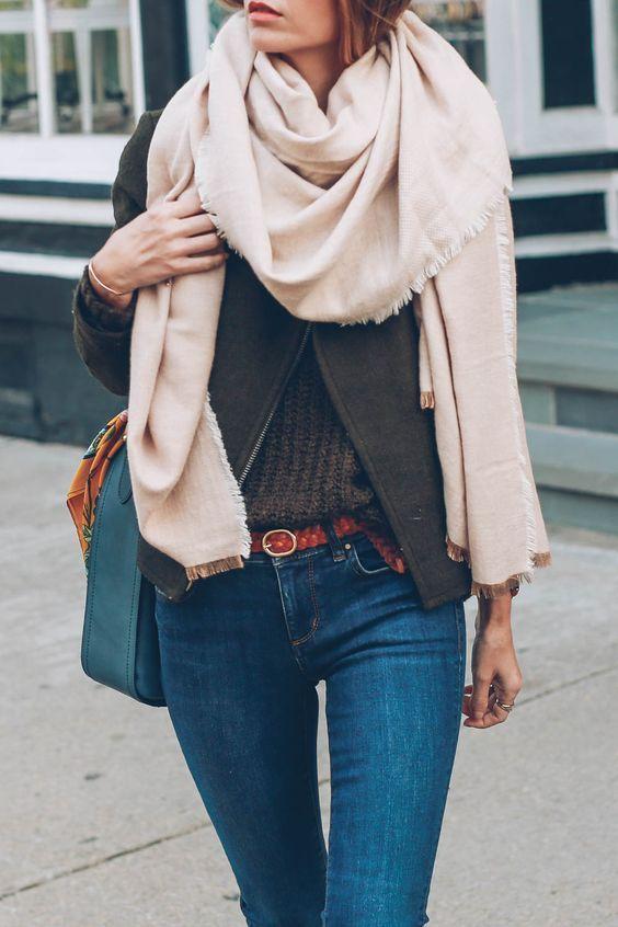FASHION TIP ♥ | Effen omslagdoeken zijn perfect te combineren! ✔Draag 'm over een jasje, vestje of truitje, zoals je ziet op bovenstaande foto.✔ Leuk hé?! Shop hier een effen omslagdoek voor jouw herfst-outfit: https://www.sjaalskopen.nl/collectie/effen-omslagdoeken/ #effen #omslagdoeken #omslagdoek #sjaals #heerlijk #warm #trends #herfst #outfit #mode #stijl #stijlvol