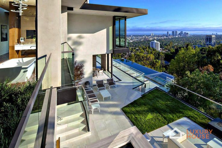 Особняк за 15 миллионов долларов в Лос-Анджелесе  В Лос-Анджелесе, Калифорния, США, выставили на продажу шикарную резиденцию площадью 697 квадратных метров и состоящую из 4 спальных комнат и 5 ванных комнат. Интерьер дома тесно связан с экстерьером с помощью панорамных автоматизированных дверей. На внутреннем дворе расположена терраса с шикарным безграничным бассейном. Резиденция отличается не только завораживающим видом на Лос-Анджелес, но и своей новаторской архитектурой. Этот пышный…
