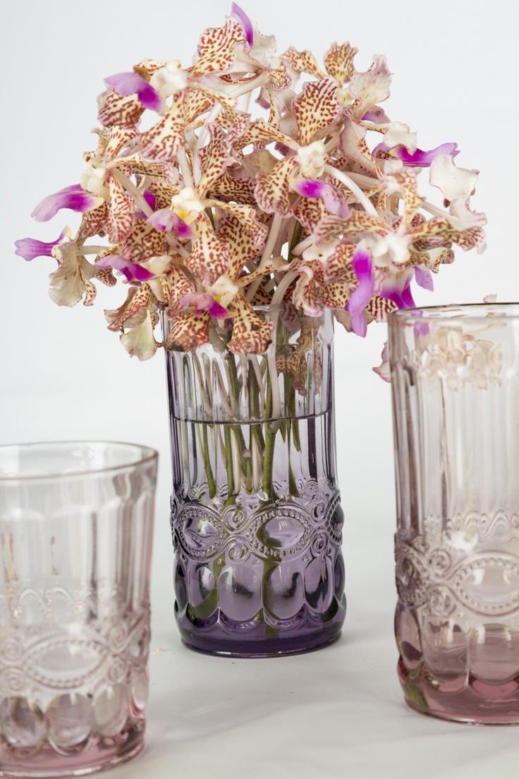 Por pequeños ramos de flores en vasos altos, así tendrán más visibilidad en la mesa.