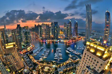 Dubai – Metropole aus 1001 Nacht Dubai Stadt ist die Hauptstadt des Emirats Dubai und liegt auf der arabischen Halbinsel am Persischen Golf. Ihre 2,1 Millionen Bewohner setzen sich größtenteils aus ausländischen Arbeitern und den sogenannten Expatriates zusammen.