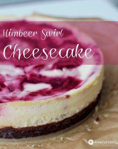 Unser cremiger Sonntagskuchen: leckerer Himbeer Swirl Cheesecake mit Chocolate Chip Cookie Boden. Bereitet das Rezept am besten am Vortag zu.