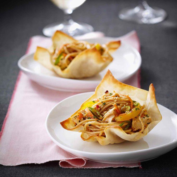Cette recette sans pareil de salade de poulet est servie d'une façon très spéciale : des pâtes wonton servent de bols! C'est facile, amusant et permet de contrôler la taille des portions. | Le Poulet du Québec