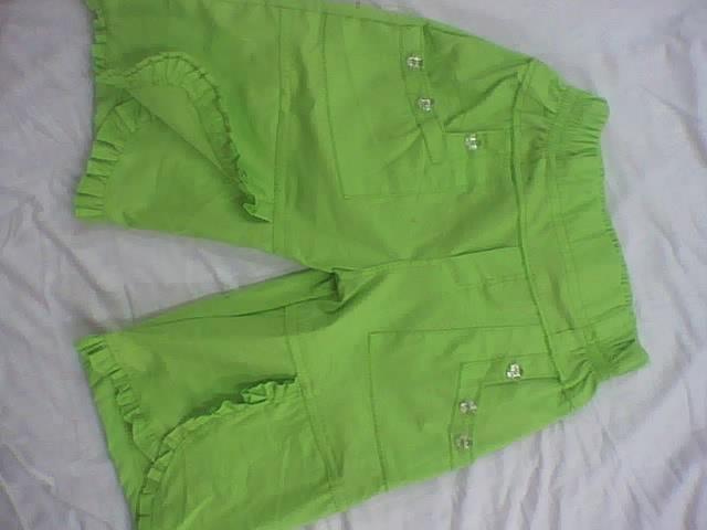 capri de niñas con elastico en pretina,bolsillos sobrepuestos, y bota cruzada y tira fruncida confeccionado en tela popelina
