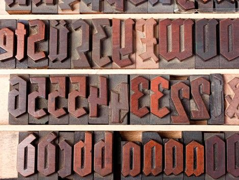 """Über """"Die Macht der Schrift"""" spricht Andreas Koop auf der TYPO Berlin. Die Nationalsozialisten etwa hätten die Frakturschrift in ihrer Anfangszeit ganz bewusst genutzt, um volksnah zu wirken, erläutert der Designer: Denn ein Großteil der Deutschen konnte sie damals besser lesen als die Lateinische."""
