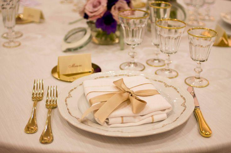 Allestimenti per matrimoni. Allestimento tavola per matrimonio bianco e oro. Preludio Noleggio, attrezzature per catering eventi.  Wedding gold table setting, Wedding  mise en place.