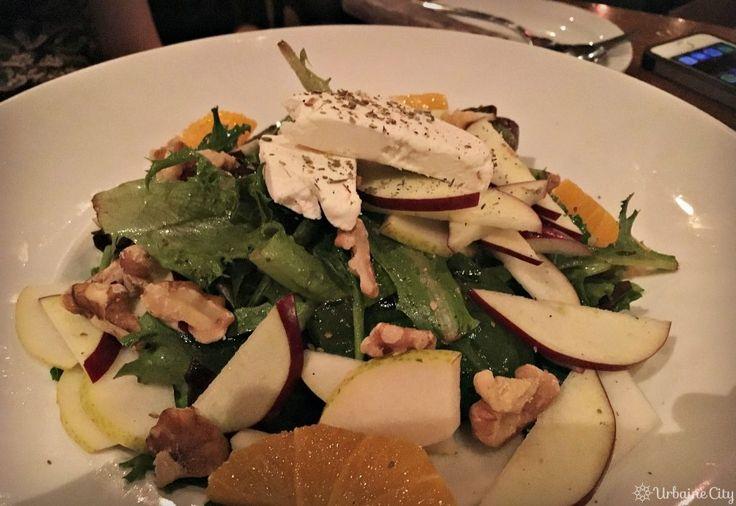 De nouvelles options dans l'univers du sans-gluten | Photo : La salade de la maison de Wienstein & Gavino's (insalata di casa), servie avec mesclun, poires, pommes, noix de grenoble et fromage de chèvre était aussi très réussie, présentant une belle variété d'ingrédients et très fraiche. W&G-salade