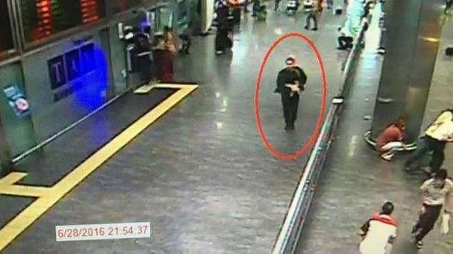 Dua Gambar Ini Bercerita Banyak Soal Bom Bunuh Diri Bandara Istanbul Turki  ISTANBUL - Otoritas Turki merilis gambar-gambar dari kamera CCTV yang memperlihatkan dua dari tiga pelaku serangan bom bunuh diri yang menewaskan 44 orang di Bandara Ataturk Istanbul Turki Selasa (28/6) malam. Para pelaku sudah merencanakan aksinya dengan sedemikian rupa untuk membunuh sasaran sebanyak-banyaknya. Dalam sebuah konferensi pers Perdana Menteri Turki Binali Yildirim mengatakan bahwa penyidik meyakini…
