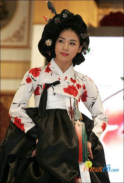 I like the jacket. All these modern Hanboks.