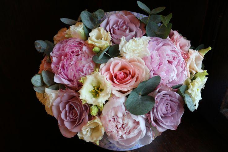 Cutie cu flori  #flowers #box #flowersbox #flowersinabox #gift #sayitwithflowers #madewithjoy #madewithlove #paulamoldovan #livadacuvisini #flori #evenimente #candybar #bucuresti ##bucharest #florist #pink #peonies  #roz #bujori #purple #roses #eucalyptus #white #eustoma #cutie #flori #cutiecuflori #floriincutie #cutieflori