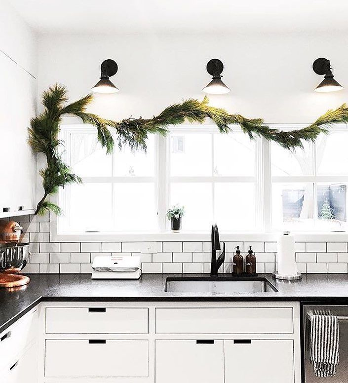 Garland Is Having A Moment This Year And We Re Not Mad About It At All Photo By Thefauxmartha Myonepiece Thefaux Home Rustic Kitchen Kitchen Cabinet Design