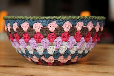 Use sugar water to stiffen cotton granny circle into bowl shape / Neat idea. Not really a pattern or tutorial