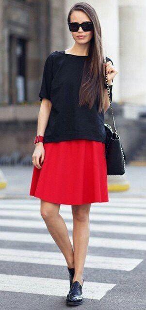 Синяя свободная майка,красная юбка.