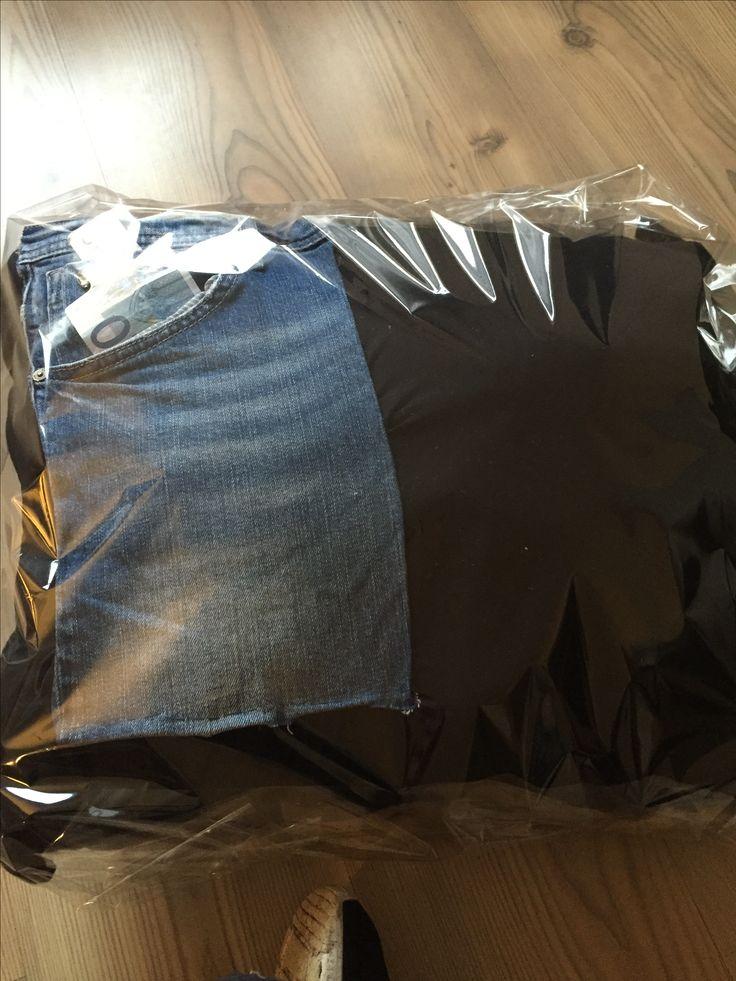 Kussen van T shirt gemaakt, broekzak van oude spijkerbroek opgenaaid en geld erin om cadeau te geven
