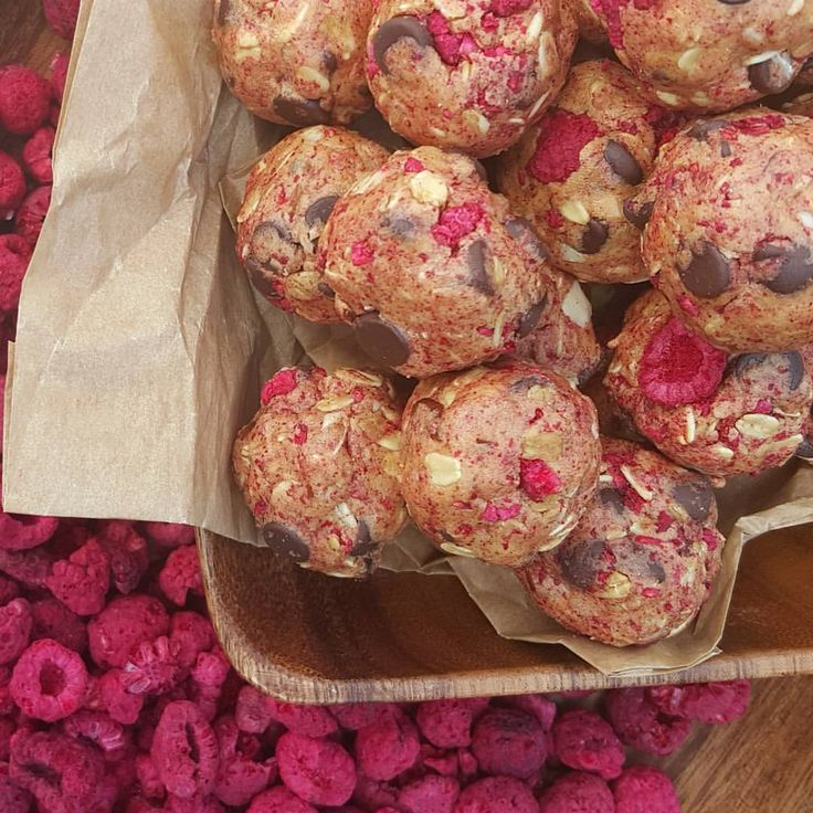 """""""No-Bake Raspberry Chocolate Protein Balls {Kid-approved After School snacks} Keep these in the freezer for quick energy! Have you tried these freeze dried…"""""""