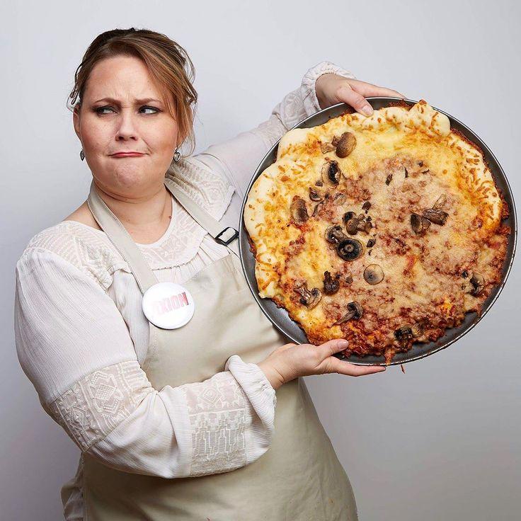 Me retaron a cocinar una pizza con los ojos cerrados! Fue un desastre! Pero eso si muy divertido! Quieres saber que es lo que paso? No te lo pierdas! haz click en mi bio y descubre como quedo la cocina despues de limpiarla con  Axion! Menos tiempo lavando traste para mi significa mas tiempo con Jorge Daniel! #ad #axion #lavatrastes #momslife #cocina #cocinando #pizza #mamas #cocinera
