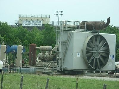 gas compressor station. École chrétienne, matériel de soudage, nouveau travail, cote À cote, liberté, texas. natural gas compressor station d
