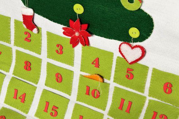 Un colorato e divertente calendario dellAvvento per piccoli e grandi. Tante taschine pronte ad accogliere bigliettini, regali, dolcetti e decorazioni per lalbero. E realizzato interamente a mano in feltro e pannolenci e si può appendere grazie al bastoncino di rovere. Allinterno delle taschine è possibile nascondere le undici decorazioni cucite per lalbero. Tutti i dettagli sono stati creati con amore e un pizzico di fantasia.  Misura 50x70 cm.  Per qualsiasi domanda o curiosità scriveteci e…