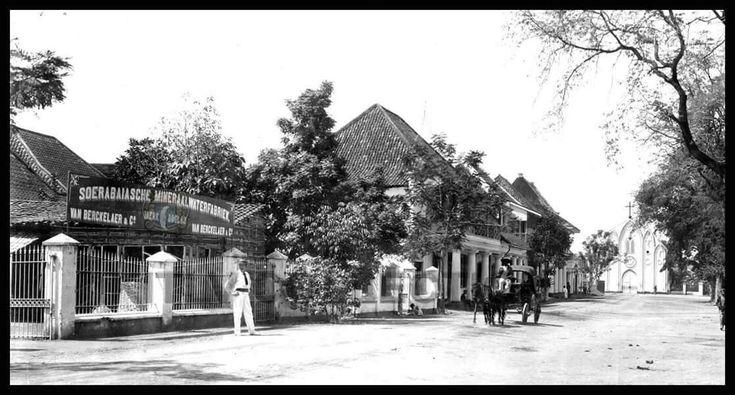 pabrik air mineral dg merk BULAN yg berlokasi di daerah krembangan. Soerabaya 1890-1910