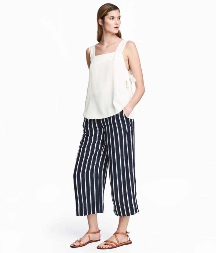 Dark blue/striped. 3/4-length pants in woven fabric with an elasticized waistband and side pockets.
