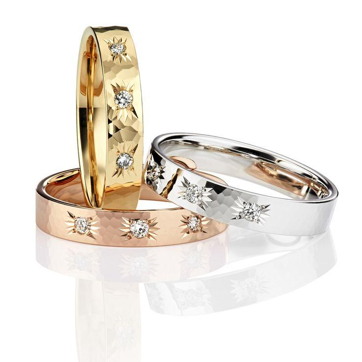 Kolme timanttia säihkyy tässä Mauri Laitisen suunnittelemassa Kohinoor Kosketus -timanttisormuksessa. Profiililtaan sormus on tynnyrimallinen. Timantit on istutettu kauniilla tähti-istutuksella. www.kohinoor.fi/