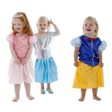 Kist met drie prinsessen kostuums  Elk meisje wordt met deze kist met drie prinsessen kostuums omgetoverd tot een echt prinses. De kist bevat jurken van Sneeuwwitje Doornroosje en Elsa.  EUR 21.99  Meer informatie