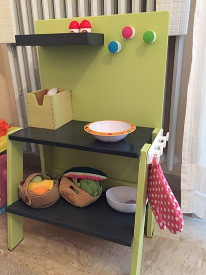 Trasformare un vecchio comodino in una minicucina per for Staccionata per bambini ikea